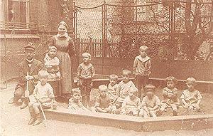 O pai, Richard Cohen, com colegas do jardim de infância. Berlim, 1919.