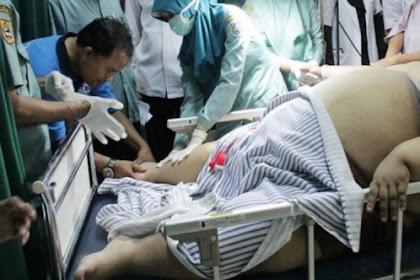 Bocah Obesitas Berat 180kg Akhirnya Meninggal, Disholatkan di Mobil Ambulans & Butuh Belasan Orang Untuk Menggotongnya