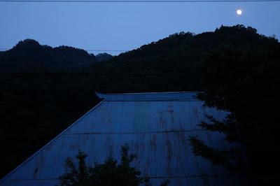 長野県生坂村 工芸と喫茶ひとつ石の庭から見える古民家と山と月