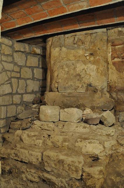 Kościół pod wezwaniem Wniebowzięcia NMP w Zawichoście - relikty świątyni z XI w. znajdujące się w podziemiach obecnego kościoła