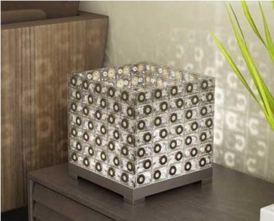 Lampu meja terbuat dari cincin-tarik kaleng soda.