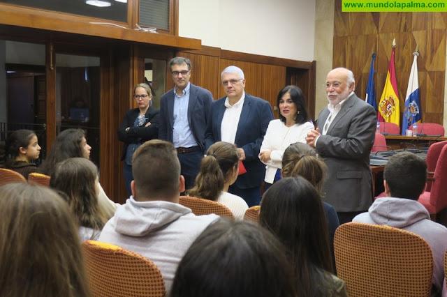 Estudiantes de los IES José María Pérez Pulido y Luis Cobiella Cuevas debaten sus mociones en el 'II Concurso de Debate Escolar'