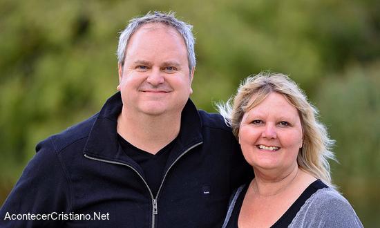 Pastor y esposa oran para resucitar muertos