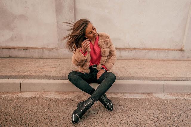 Różowy sweterek oraz beżowe futerko - Czytaj więcej