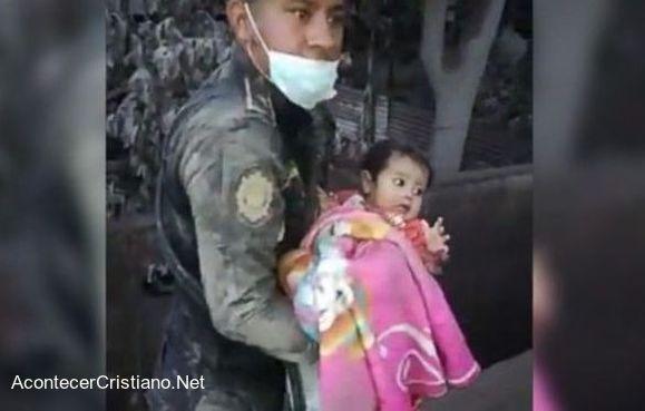 Rescate de bebé tras erupción del volcán en Guatemala
