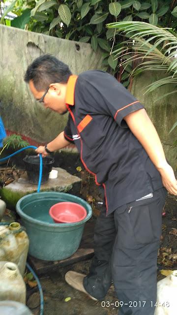 Team Lazismu Jember mengeek kondisi air di MCK umum yang dialirkan dari sumber air