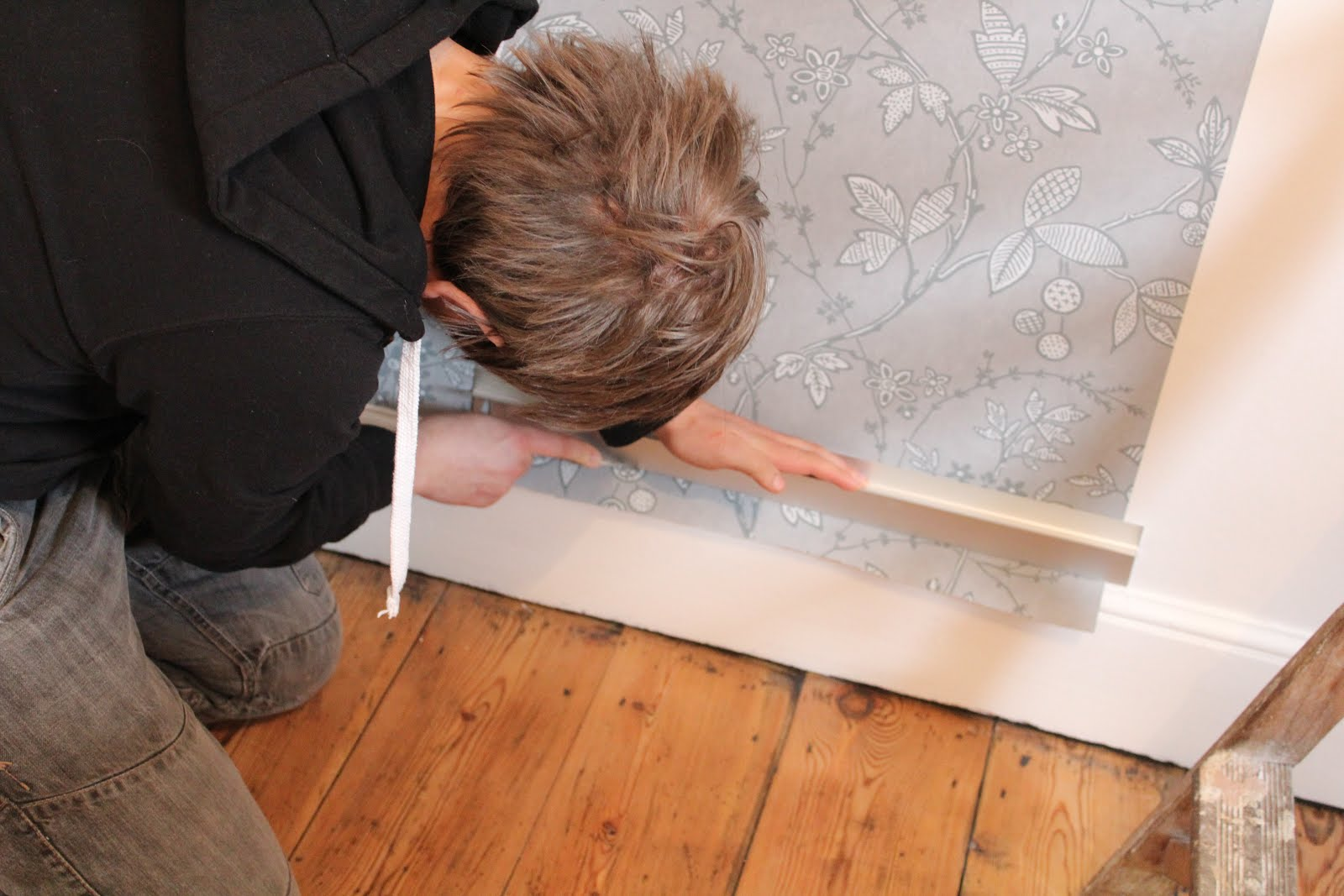 how to cut wet wallpaper