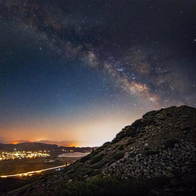 Những đêm mùa hè nổi bật với dải Ngân Hà vắt ngang bầu trời đêm. Hình ảnh: Tony Curado.
