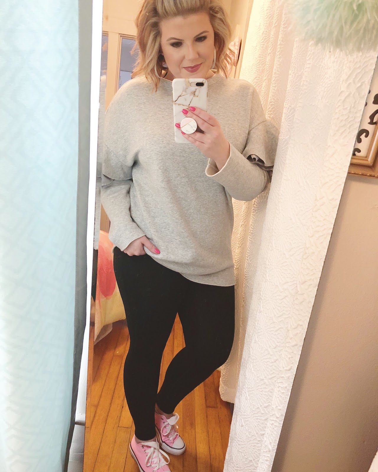 Easy outfits for work Ruffled H&M sweatshirt pink Converse sneakers