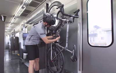 O trem B.B Base – Boso Bicycle Base – permite aos passageiros trazerem suas bicicletas a bordo sem ter que desmontá-las ou dobrá-las