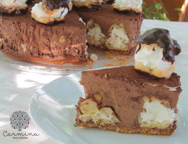 Tarta de mousse de chocolate y profiteroles