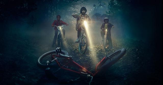 Los niños protagonistas, encontrando la bicicleta de su amigo perdido