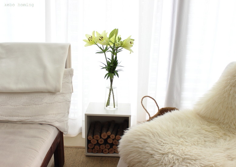 Lilien in beige weiß hellgrün und hyggelige Herbstdekoration zieht ein, friday flowerday, Blumen am Freitag beim Südtiroler Food- und Lifestyleblog kebo homing