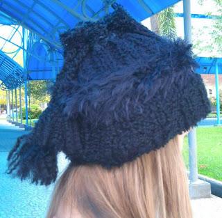 gorro/gola de trico na cor preta na cabeça de uma menina