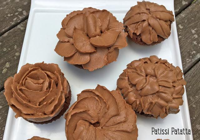 cupcakes chocolat, cupcakes chocolat/tonka, fève tonka, ganache montée chocolat/caramel, cupcakes fleurs, pâtisserie, décoration cupcakes, douille 125 Wilton, douille 70 Wilton, patissi-patatta