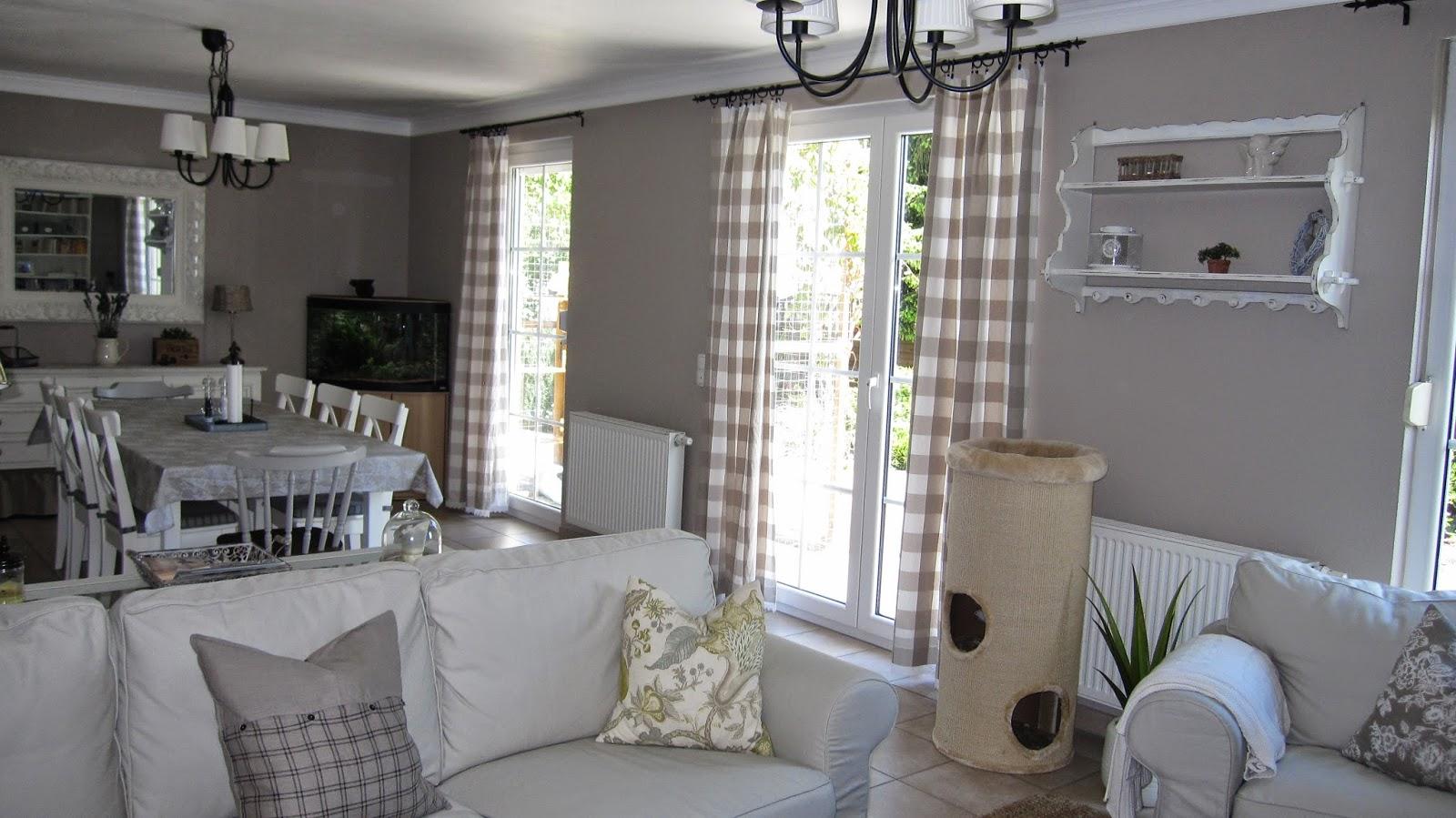 kleines gelbes haus country vorh nge und ein kleines. Black Bedroom Furniture Sets. Home Design Ideas