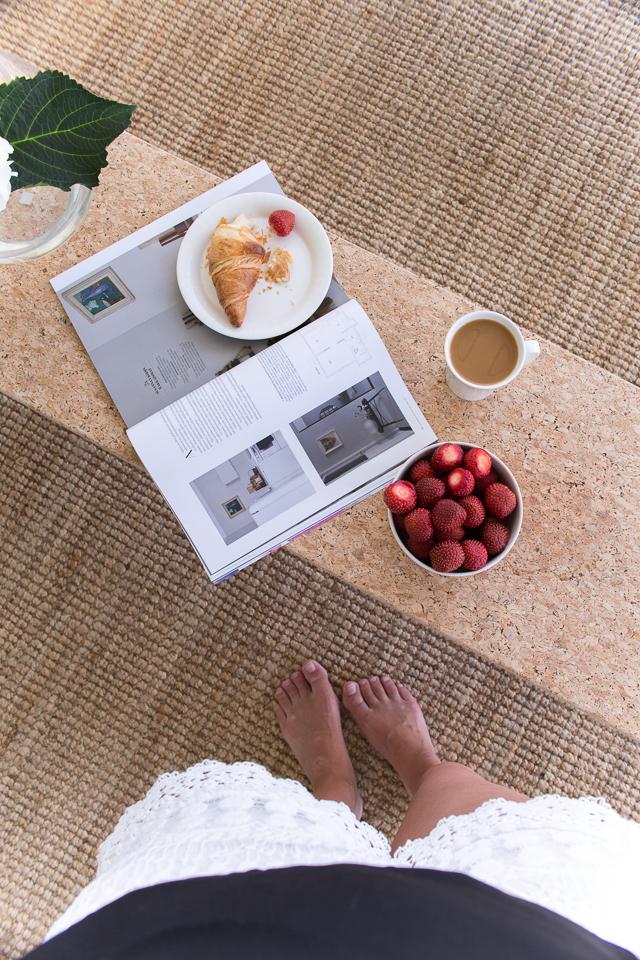 Villa H, terassikahvit, mansikat, hortensia, ikea korkkipöytä