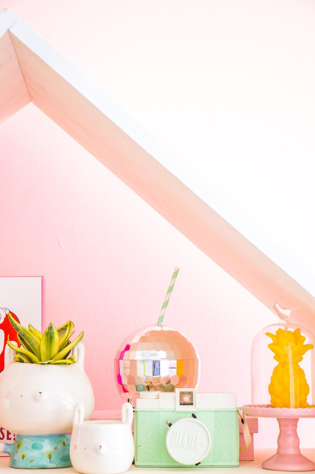 apartamento pequeno parede rosa estante fofa casinha