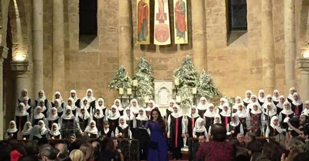 Peringatan Natal di Beirut diramaikan dengan kur oleh siswi Muslim.