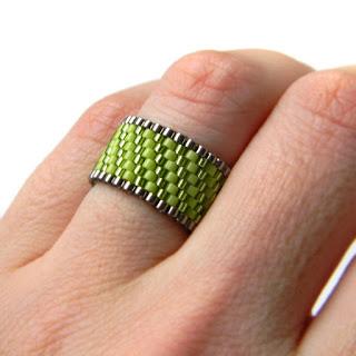 Зеленое кольцо из бисера купить украшение из бисера
