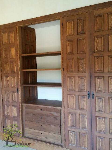Reforma en Navafría con mobiliario de madera en estilo rústico