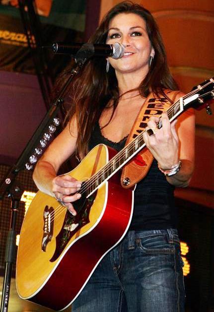 Foto de Gretchen Wilson cantando en concierto