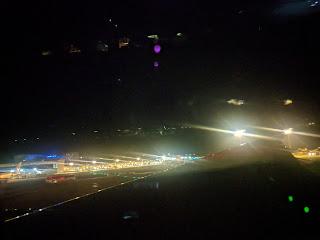 成田発ーカナダ行きの飛行機機内から見る出発前の夜景