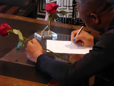 Hand/Rose und Hand/Kuli: Beim Unterschreiben