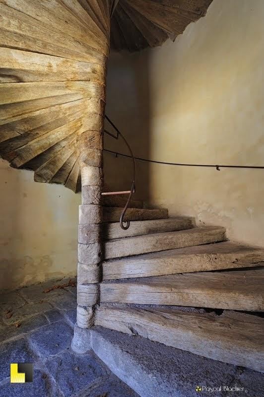 escalier en colimaçon en bois berzeme photo Pascal Blachier au dela du cliché