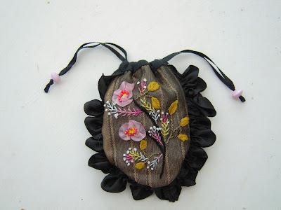 sac à bijoux brodé au ruban