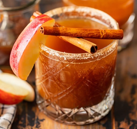 APPLE BUTTER OLD FASHIONED COCKTAIL #drink #favoriterecipe