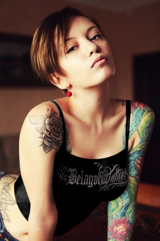 Preciosa modelo posando con tatuajes femeninos