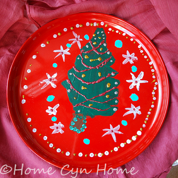 This is a prefect way to build memories with your kids letting them decorate a special Christmas plate themselves.