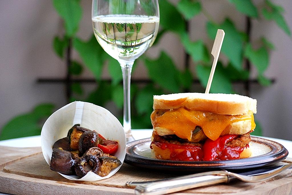 www.zauberhaftwohnen.blogspot.de | Brioche Lamm Burger mit scharfer Tomatensoße und gegrilltem Gemüse