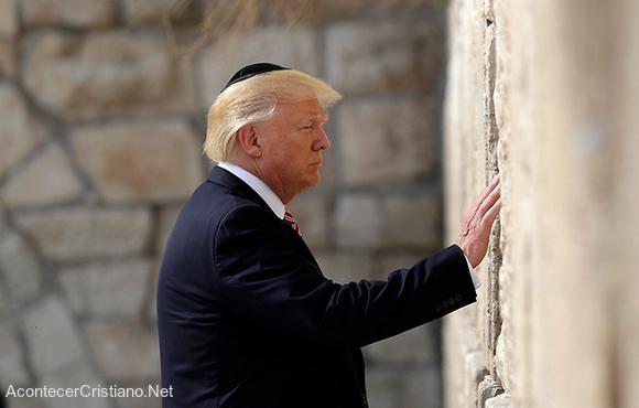 Presidente Donald Trump orando en el Muro de los Lamentos en Jerusalén