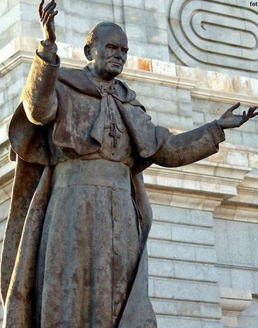 Foto a la escultura de Juan Pablo II