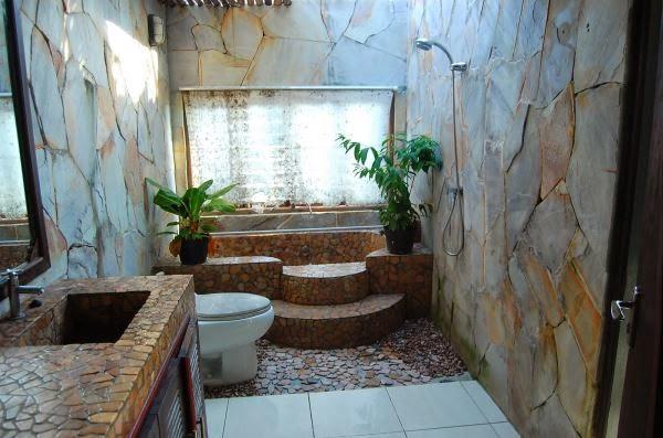 Kamar mandi sederhana yang natural dan nyaman