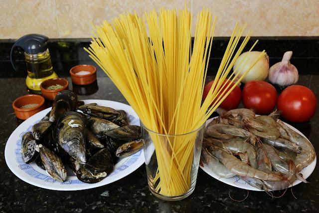 Ingredientes para espaguetis a la marinera