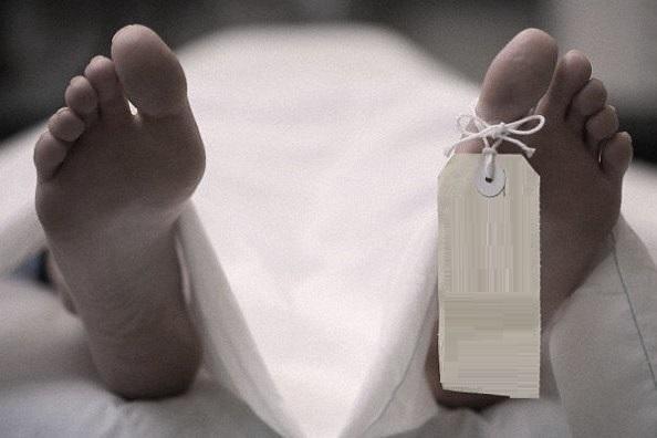 Se suicida con un cuchillo en la garganta