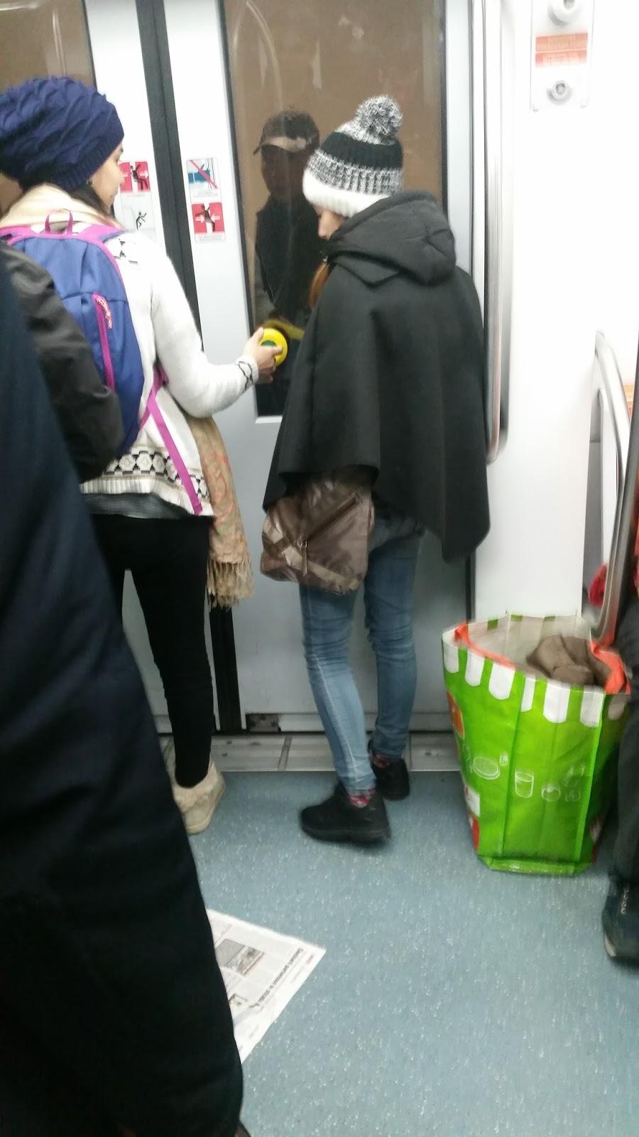 Ragazza sulle scale metro