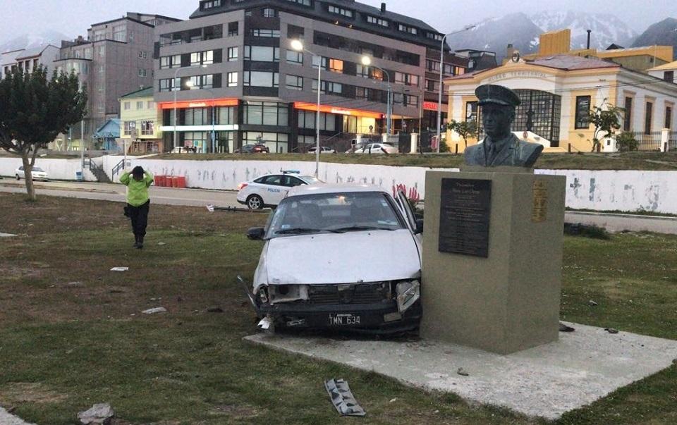 Choco contra monumento en Ushuaia