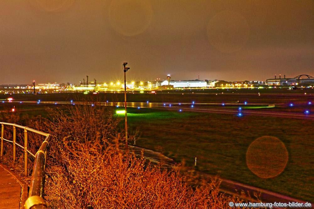 Flughafen Hamburg bei Nacht und Regen