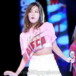 Foto Perut Kang Seulgi Red Velvet dipanggung