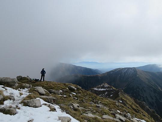 Grzbiet schodzący z Ciemniaka na Tomanową Przełęcz.