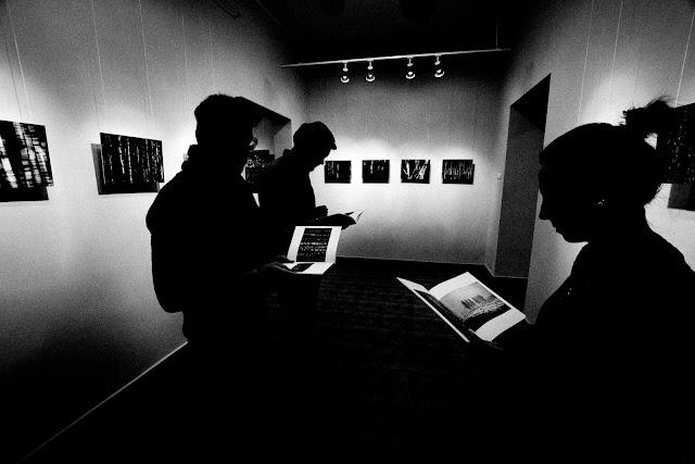 """Klub Fotograficzny """"Źródło"""" na wernisażu wystawy fotografii """"Rytmy"""" Anny Worowskiej w Bielskiej Galerii Fotografii B&B. Fotografia czarno-biała. Reportaż. fot. Łukasz Cyrus"""