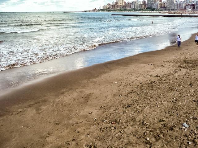El mar lleva suave a la playa, arena y paisaje.