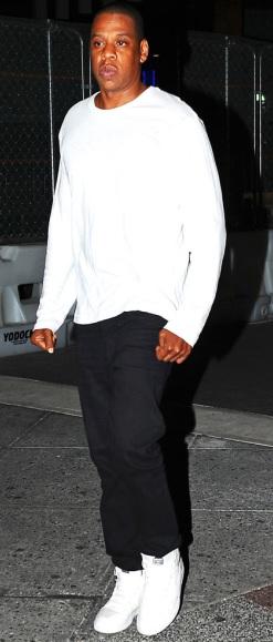Foto de Jay-Z caminando en la oscuridad