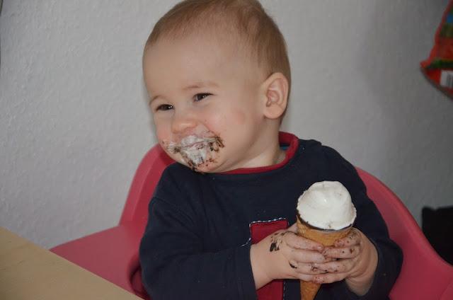 Kind isst ein Eis
