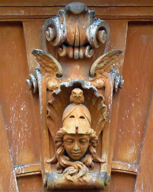 Testa di Minerva con civetta, scuola elementare Benci, scali degli Olandesi, Livorno