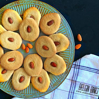 Bademli Kurabiye Tarifi Nasıl Yapılır  nasıl yapılır kolay lezzetli kolay videolu tatlı yemek tarifleri  Mis gibi badem kokulu Fındık Kremalı Kurabiye Tarifi